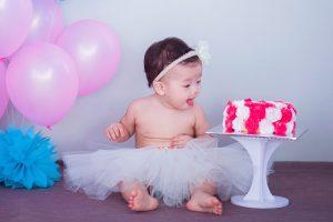 bébé d'1 an regarde un gâteau, premier anniversaire