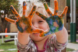 petite fille peinture sur les mains, anniversaire parfait