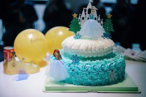 Un gâteau 3D bleu Elza, reine des neiges